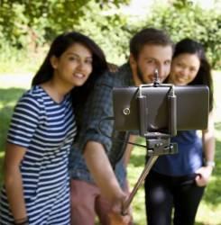 Selfie stick cu buton pe maner ThumbsUp CLICKSTK Selfie Stick si Accesorii Camera