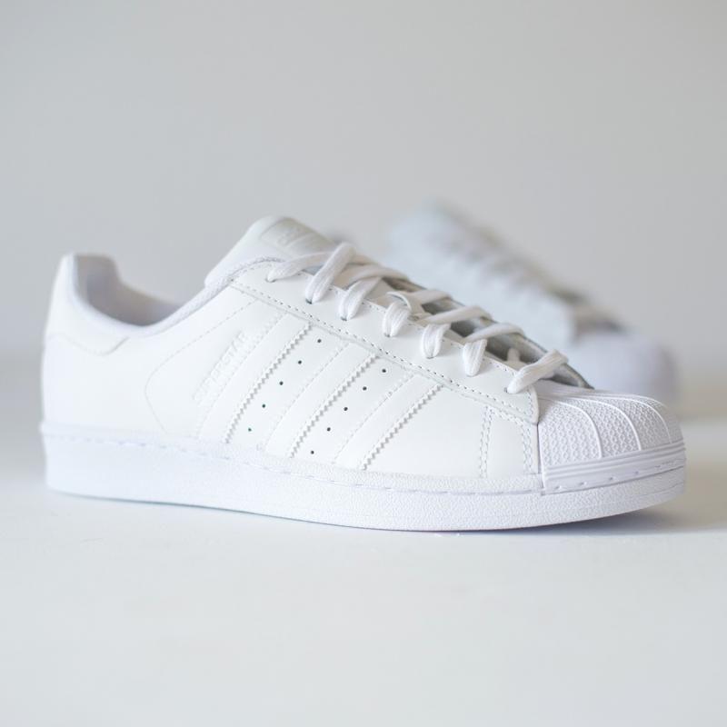 ... stil de pantofi Adidas, iar Superstar a fost produs cu success de  atunci si pana astazi. Pot fi purtati atat la o tinuta sport cat si la una  casual. 51b934ca0745